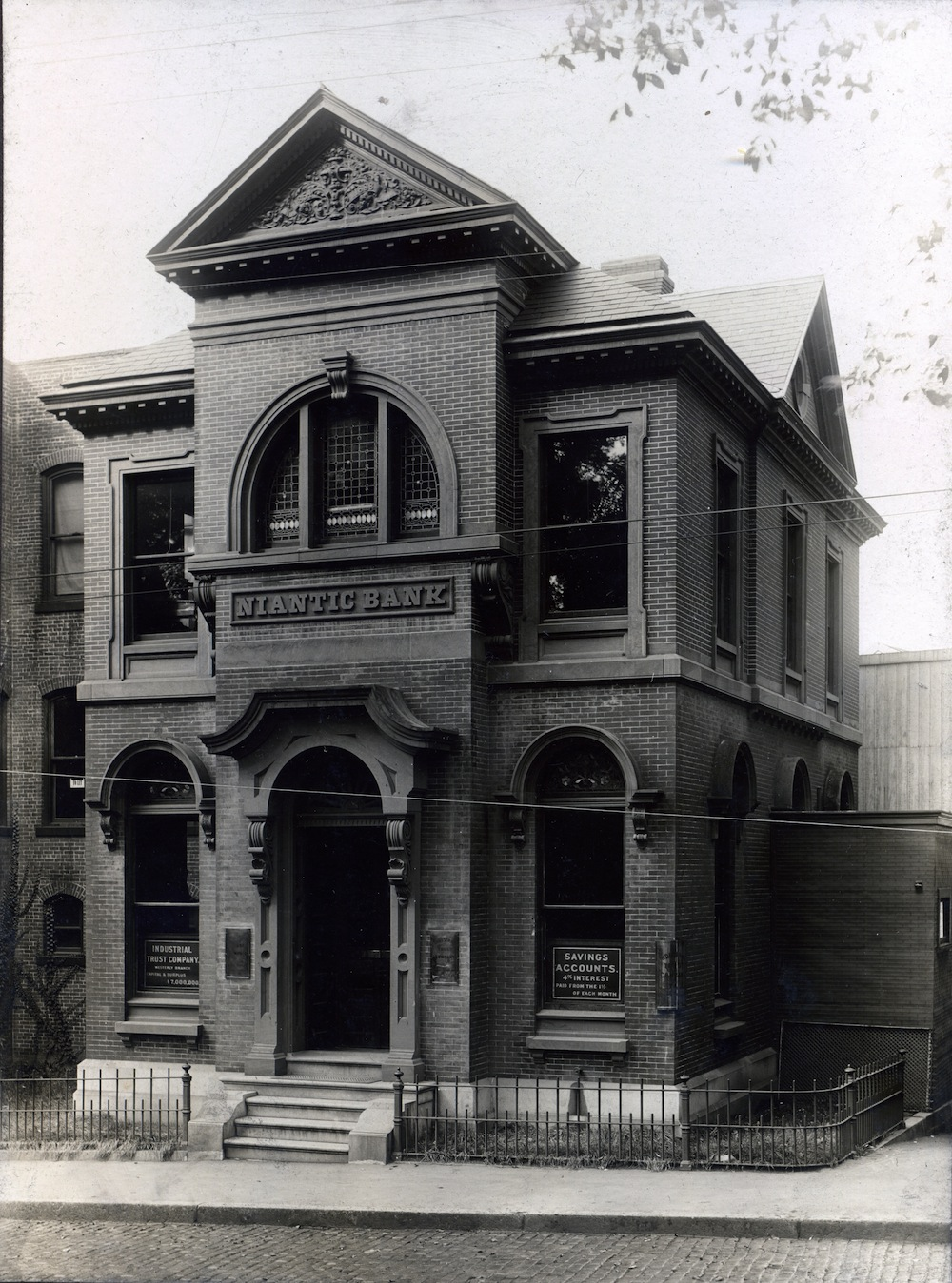 The original brick bank building on High Street sometime between 1905 and 1916